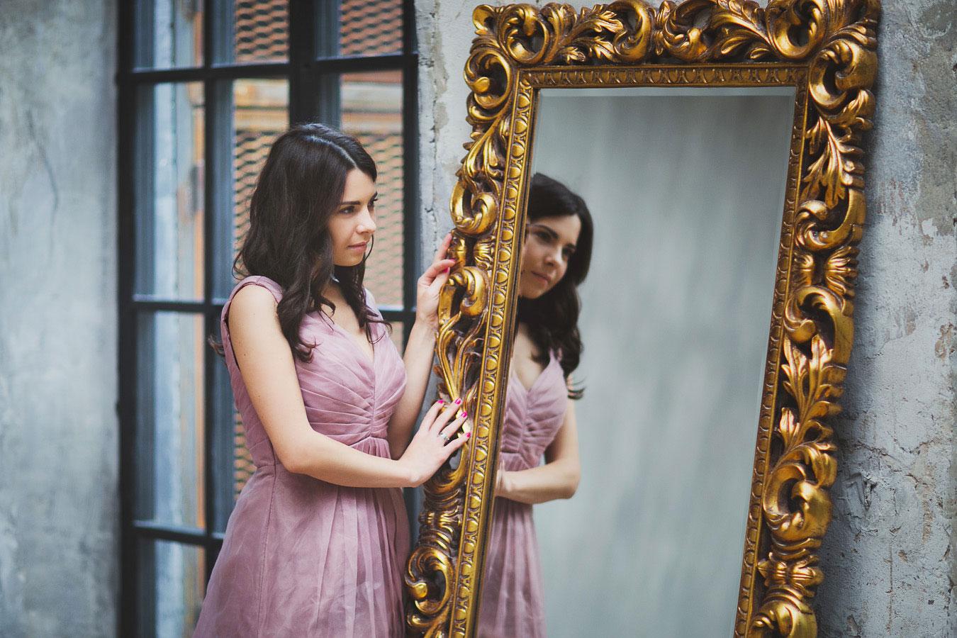 Фотосессия в платье с зеркалом
