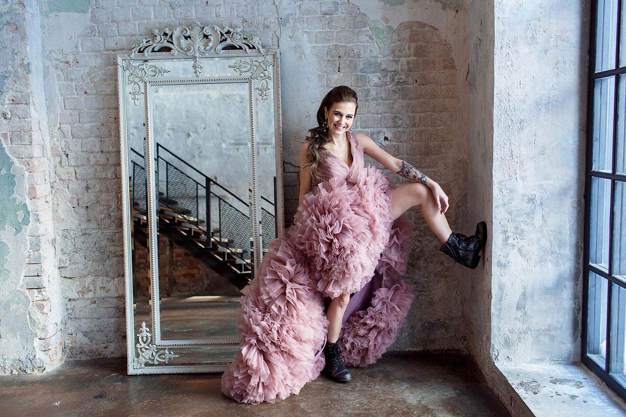 Фотосессия девушки в ботинках и пышном платье со шлейфом