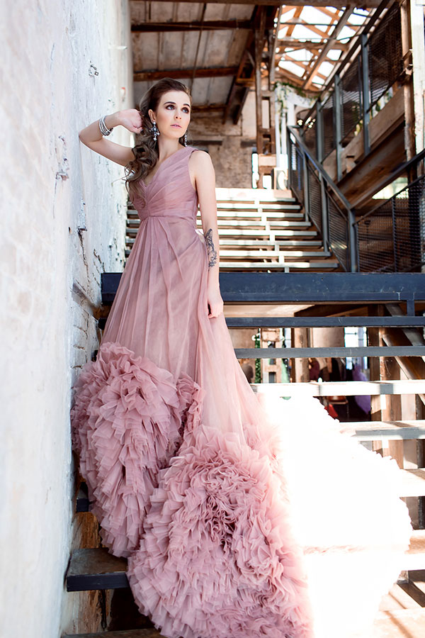Розовое платье с пышным шлейфом