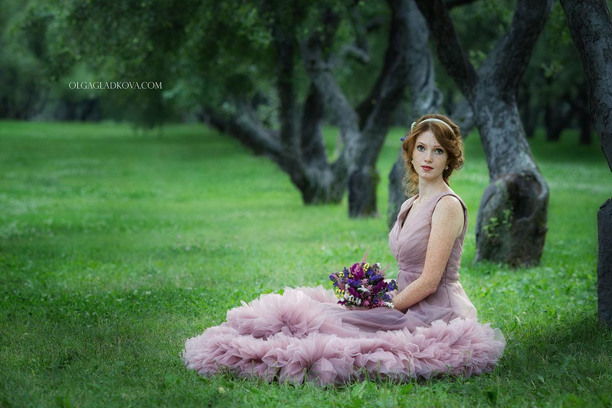 Фото в платье в яблоневом саду