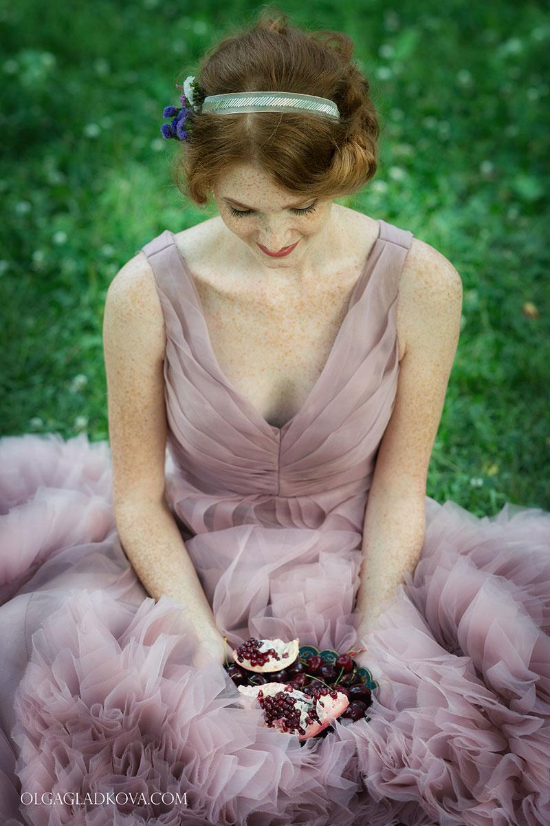 Фотосессия в летнем саду с гранатом и ягодами