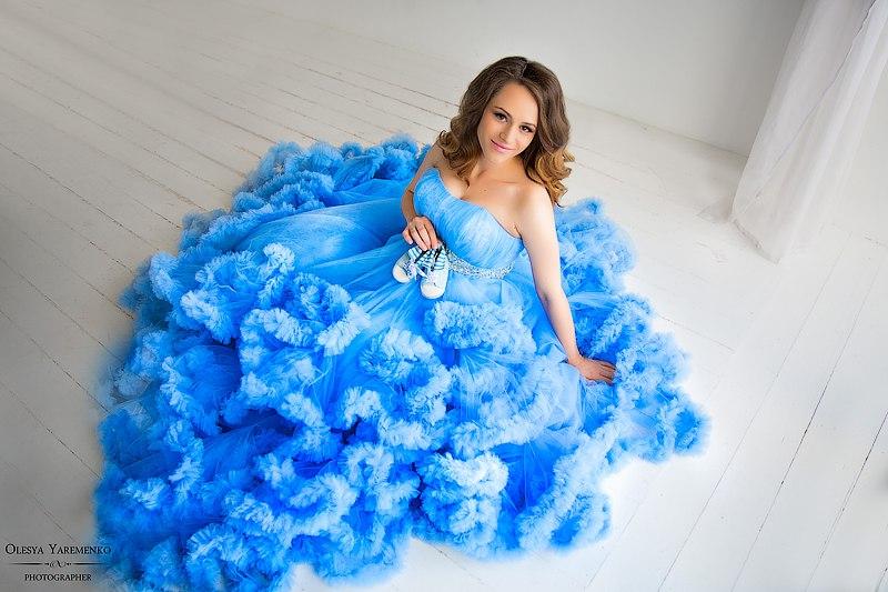 Фотосессия беременности в платье облаке василькового цвета