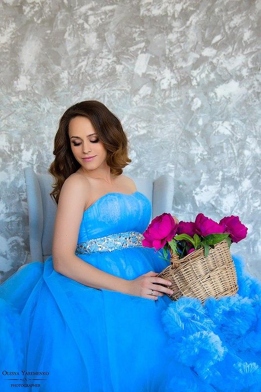 Фотосессия беременности в голубом платье облаке