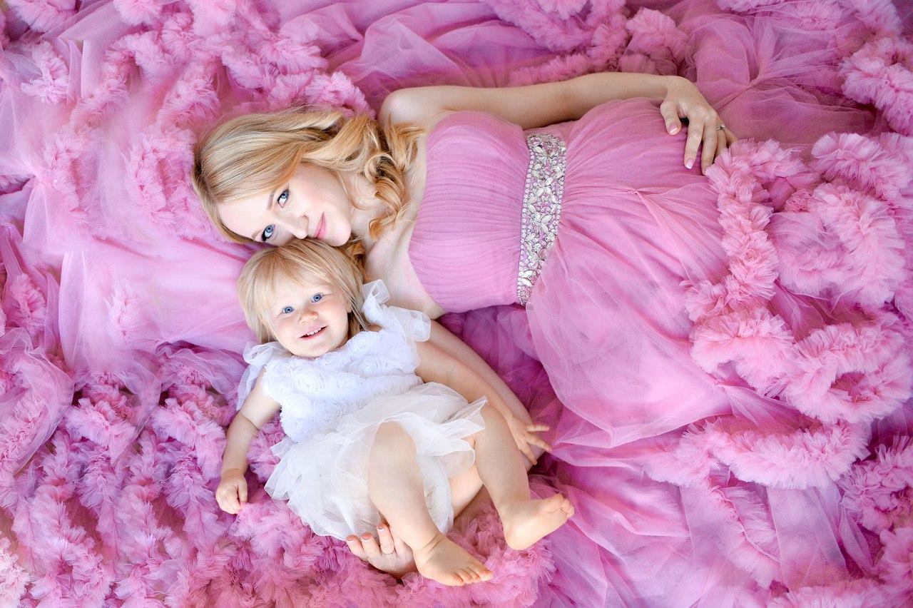 Фотосессия беременной с дочкой