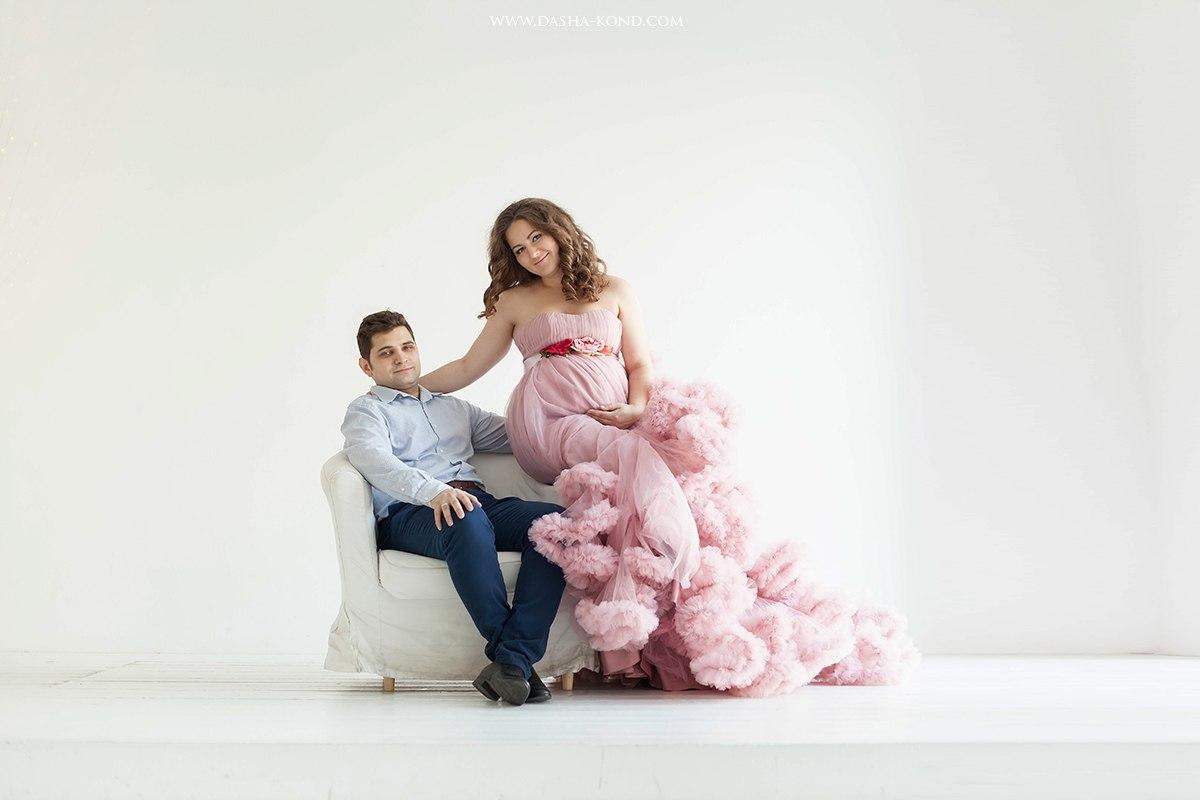 Фотосессия беременности в розовом цвете