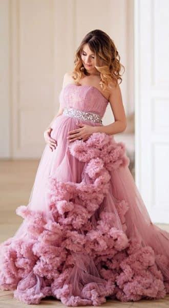 Розовое платье-облако для фотосессии беременности