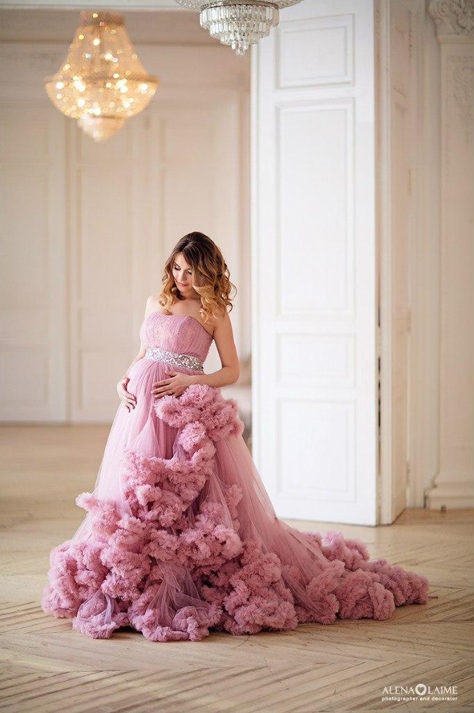 Беременная девушка в невесомом пурпурно-розовом платье