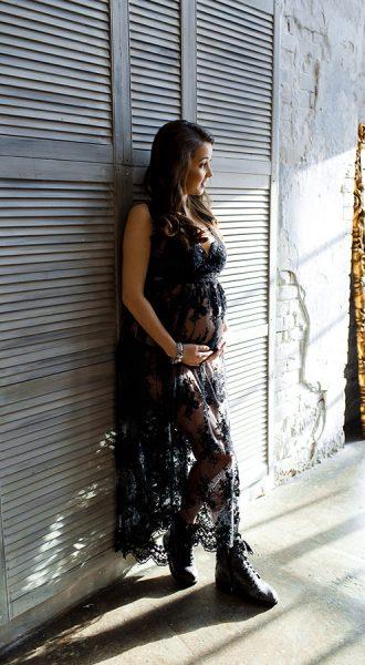 Фотосессия беременной в гипюровом кружевном платье в интерьере в стиле лофт