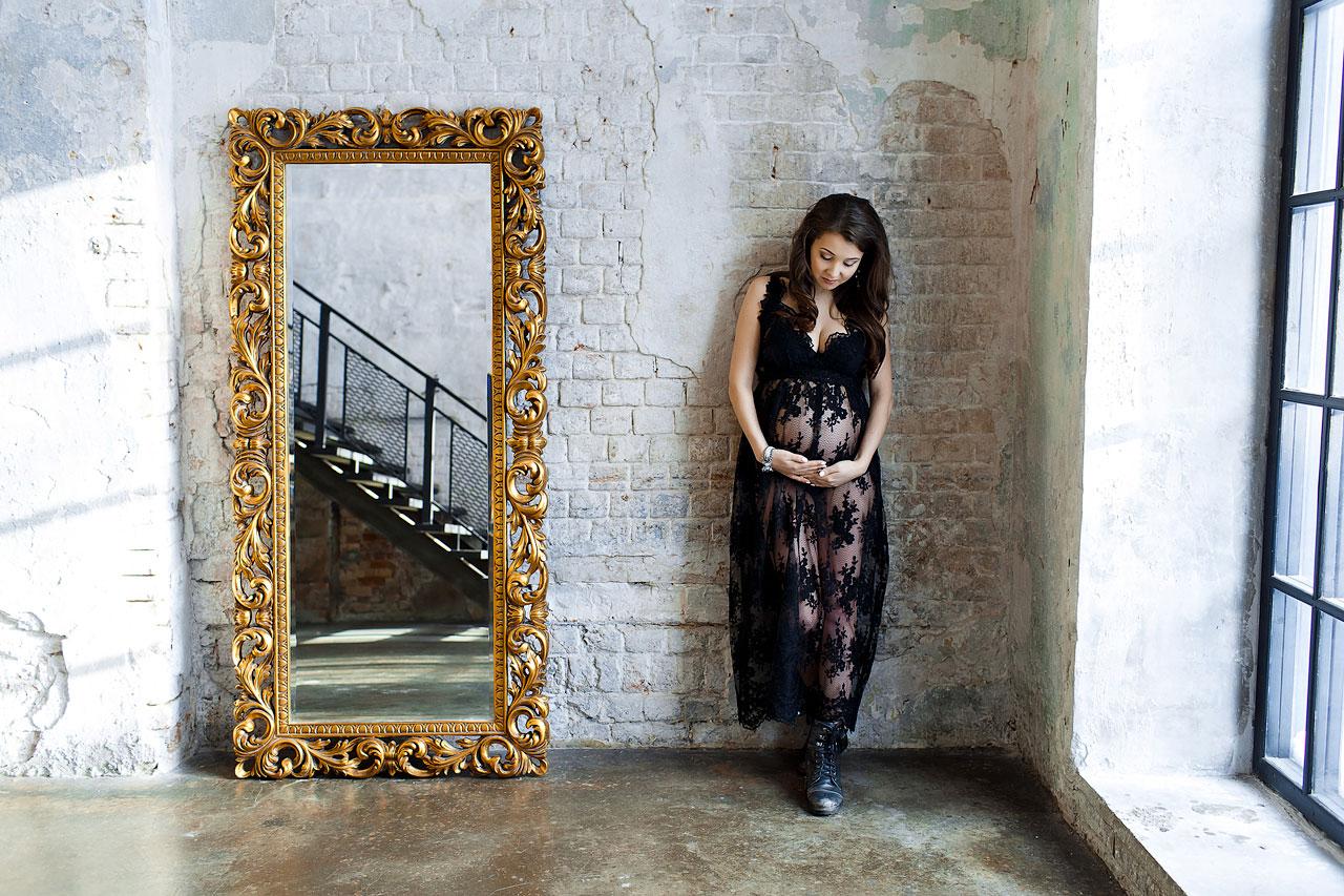 Фотосессия будущей мамы с зеркалом