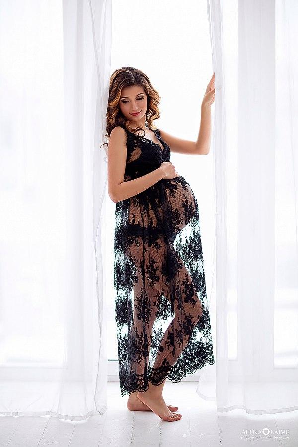 Кружевное платье для женственной фотосессии будущей мамы