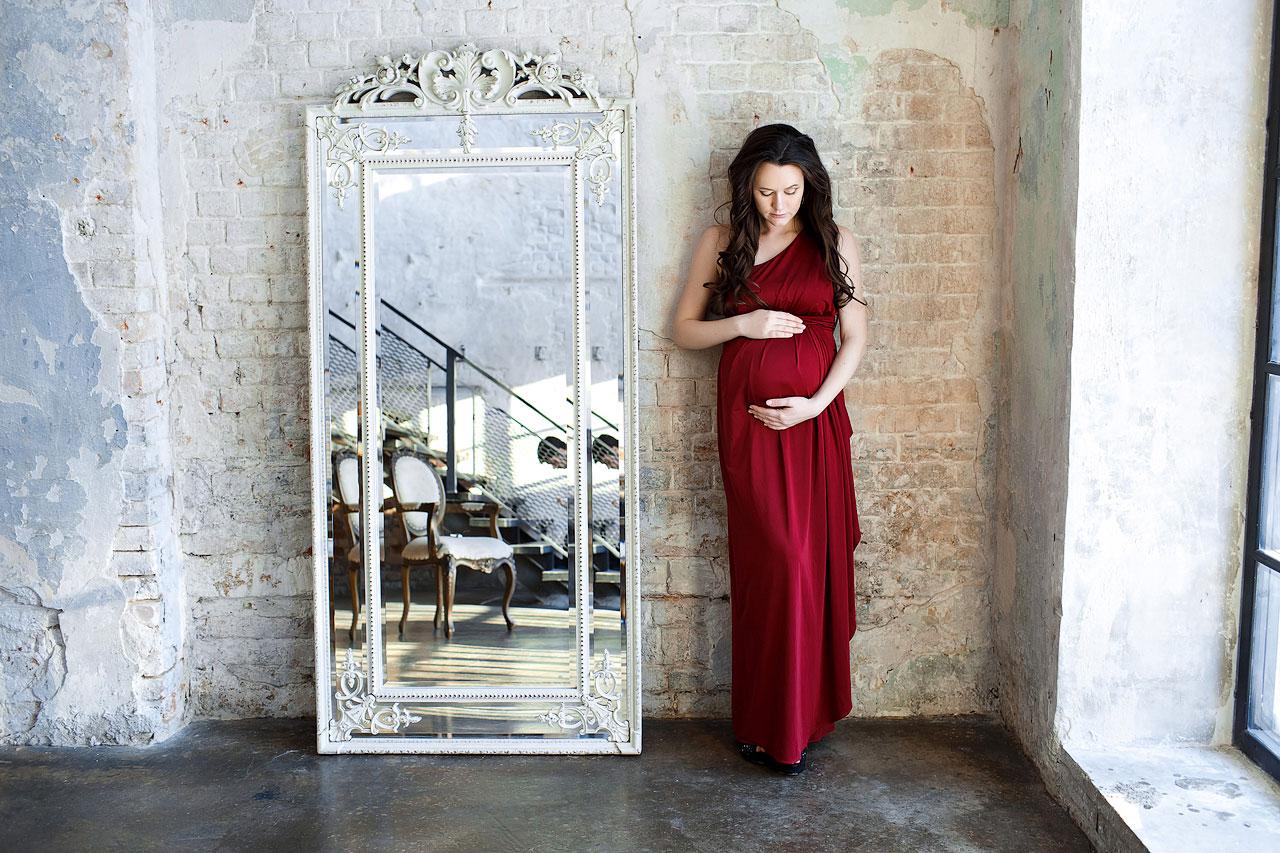 Фотосессия беременной девушки в бордовом платье