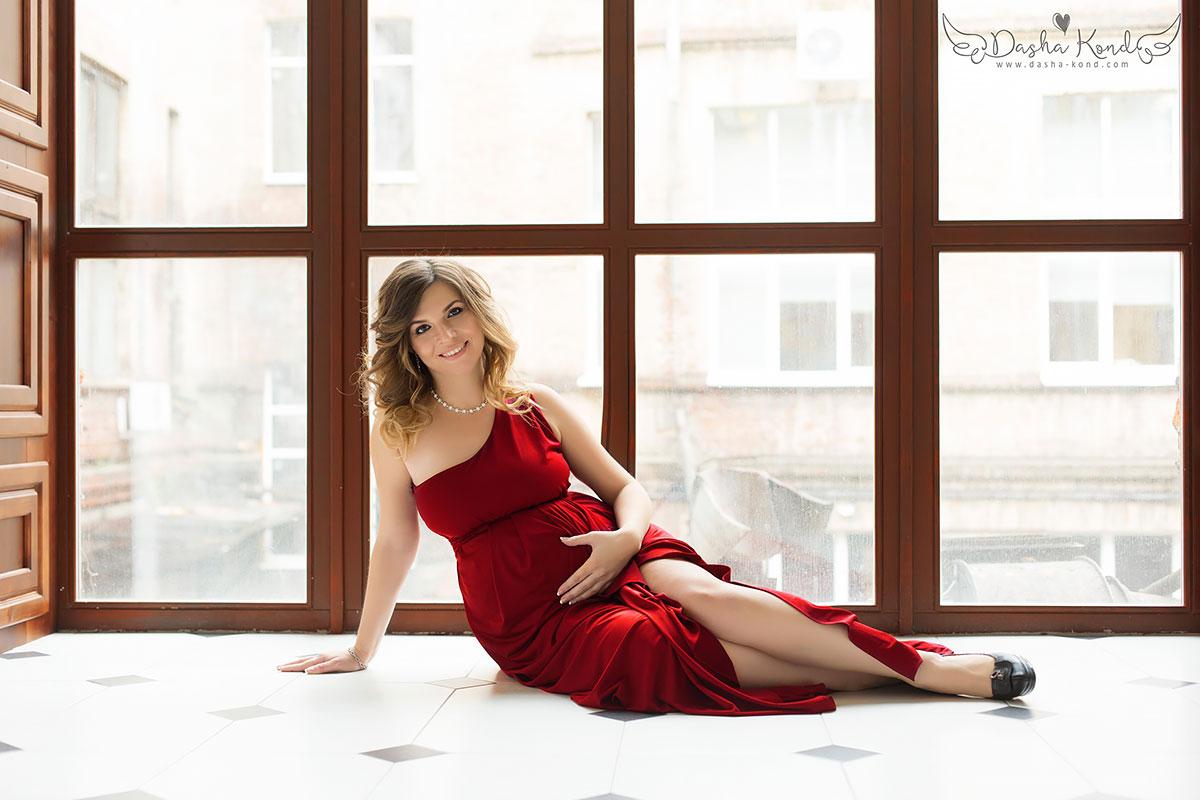 Беременная модель в бордовом легком платье