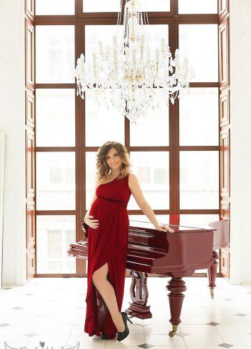Фото беременности в красном длинном платье на одно плечо