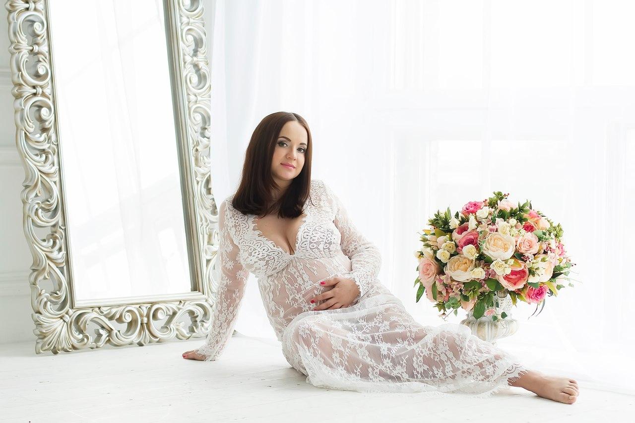 Нежная будуарная фотосессия беременной девушки