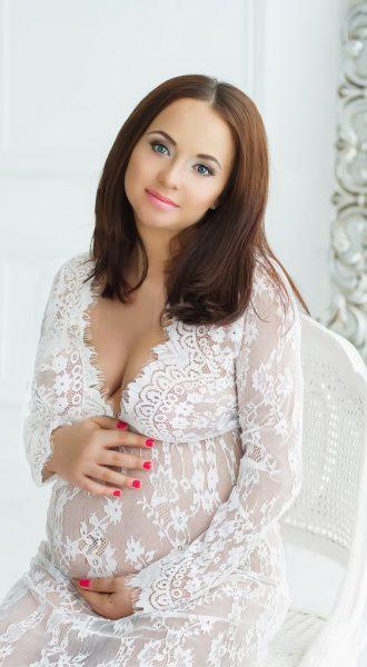 Фотосессия беременности в будуарном платье из белого гипюра