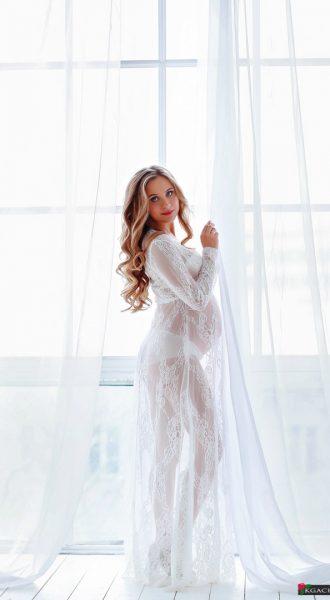 Белоснежное платье с нежным узором для фотосессии беременных