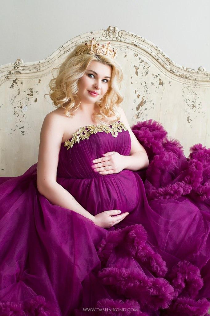 Фотосессия беременной в платье цвета баклажан