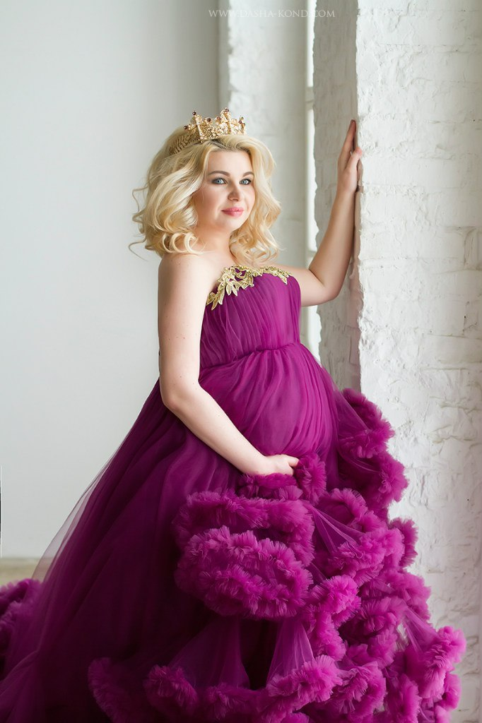Фотосессия беременной с короной в баклажановом платье