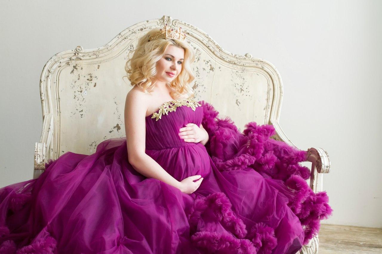 Съемки беременности в фиолетово-баклажанном платье