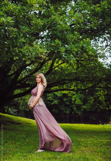 Фотосессия будущей мамы в парке среди зелени