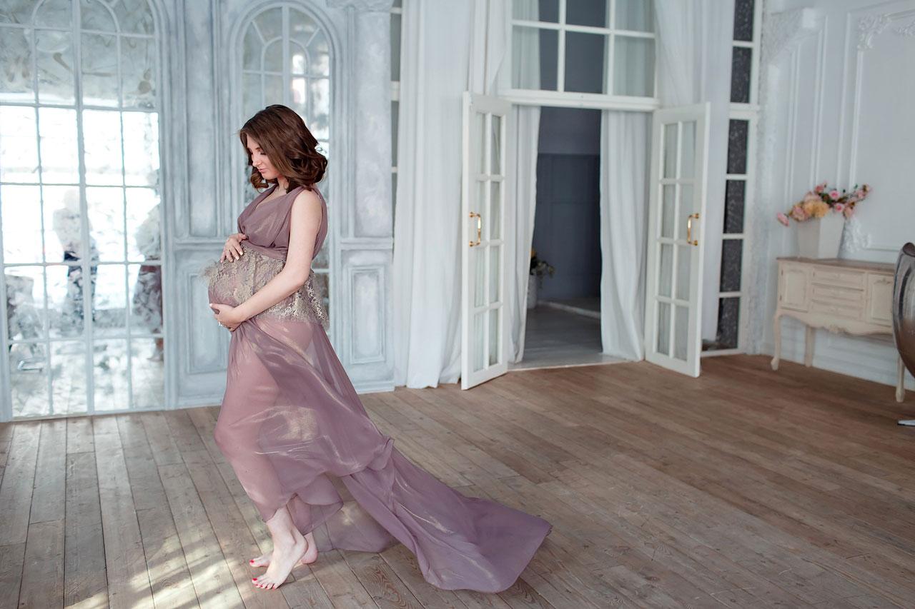 Фотосессия беременной женщины в легком шифоновом платье