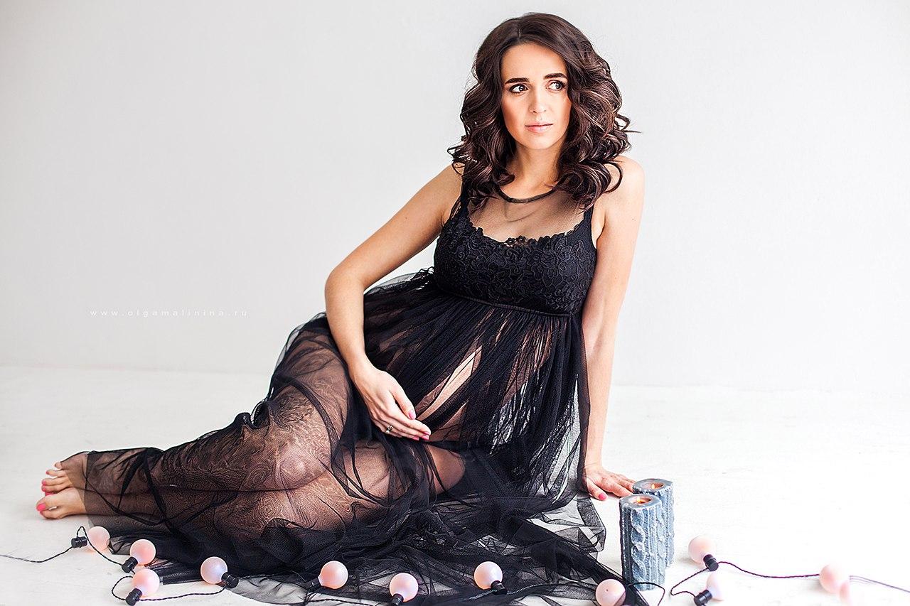 Черное платье для беременных с аккуратным верхом