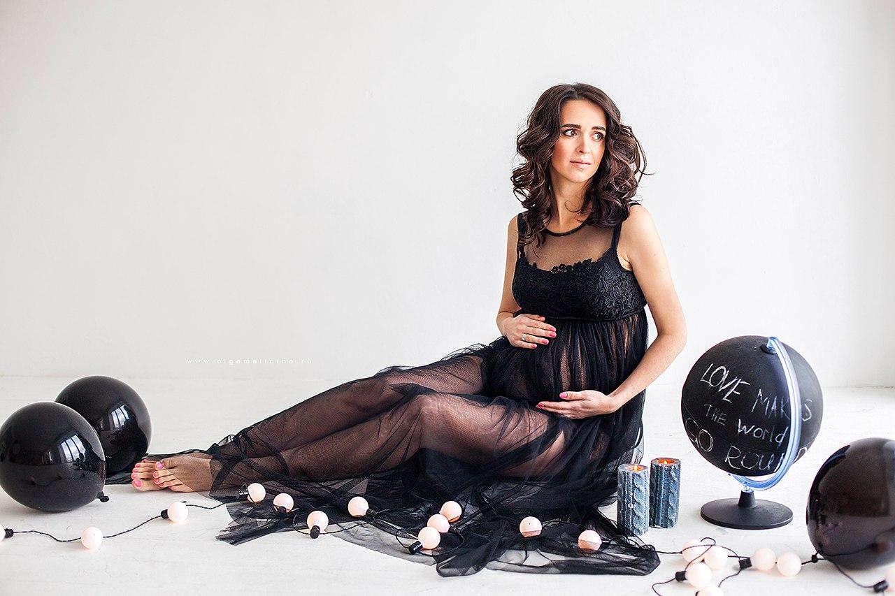 Стильная фотосессия беременности в черном платье