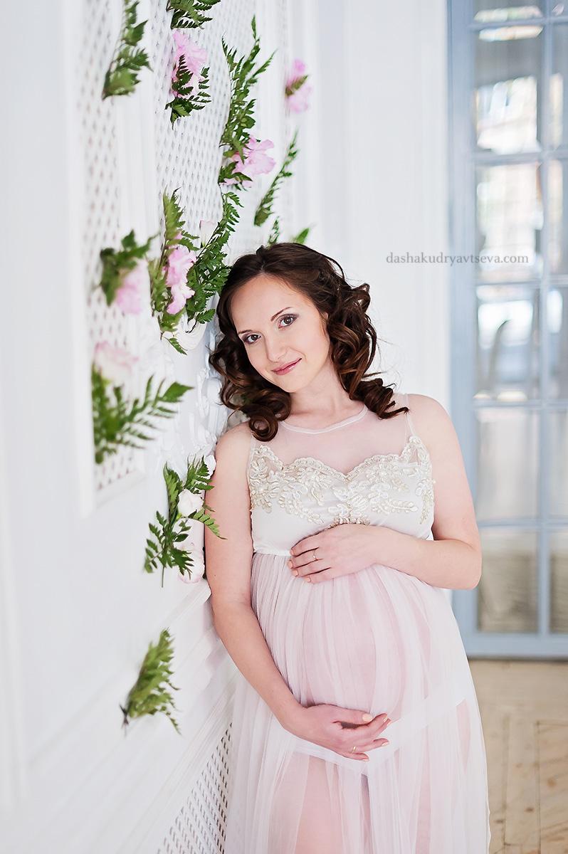 Фотосессия беременности в нежном пеньюаре