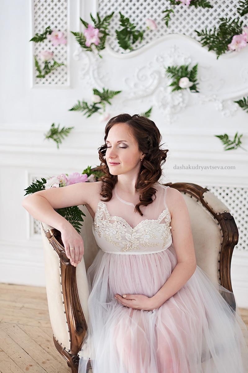 Нежное прозрачное платье для фотосессии беременной