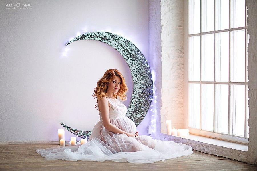 Фото беременности в белом легком платье