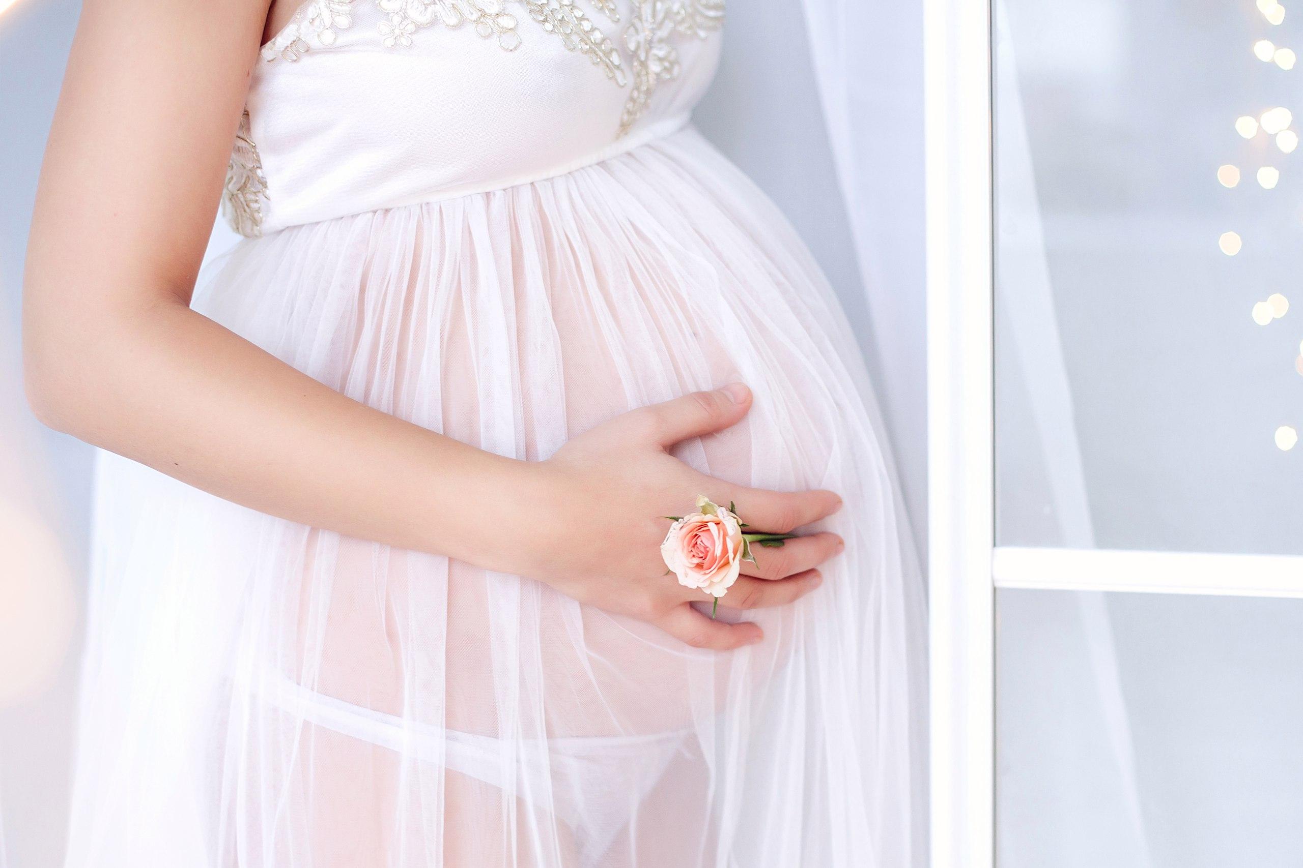 Элегантное белоснежное платье-пеньюар