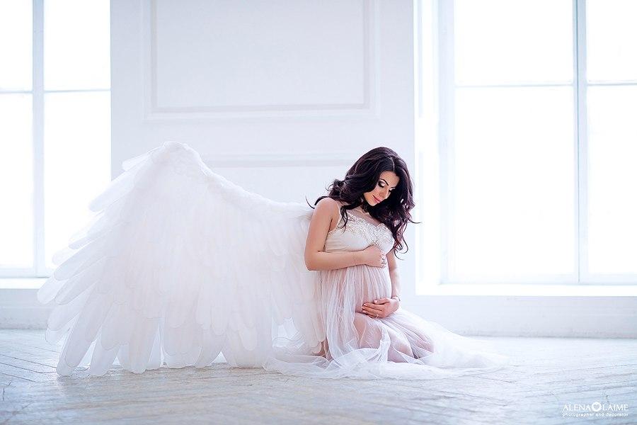 Фотосессия беременности в пеньюаре и с крыльями