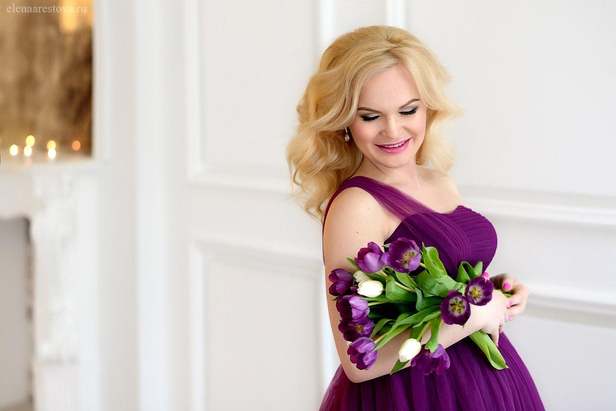Беременная девушка в насыщенном лиловом платье
