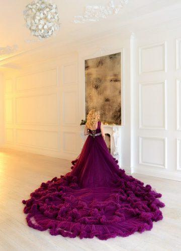Королевское платье с огромным шлейфом для блонди