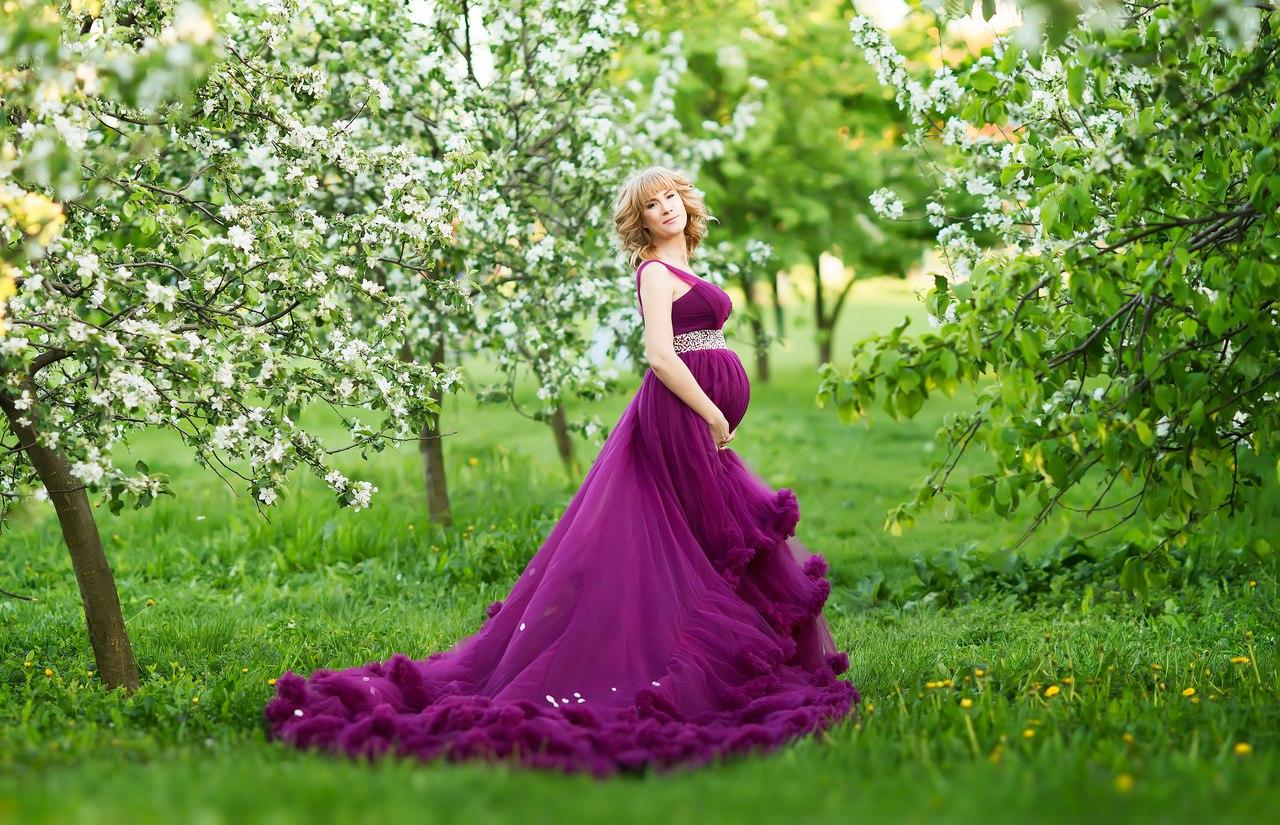 Фото беременной в цветущем парке