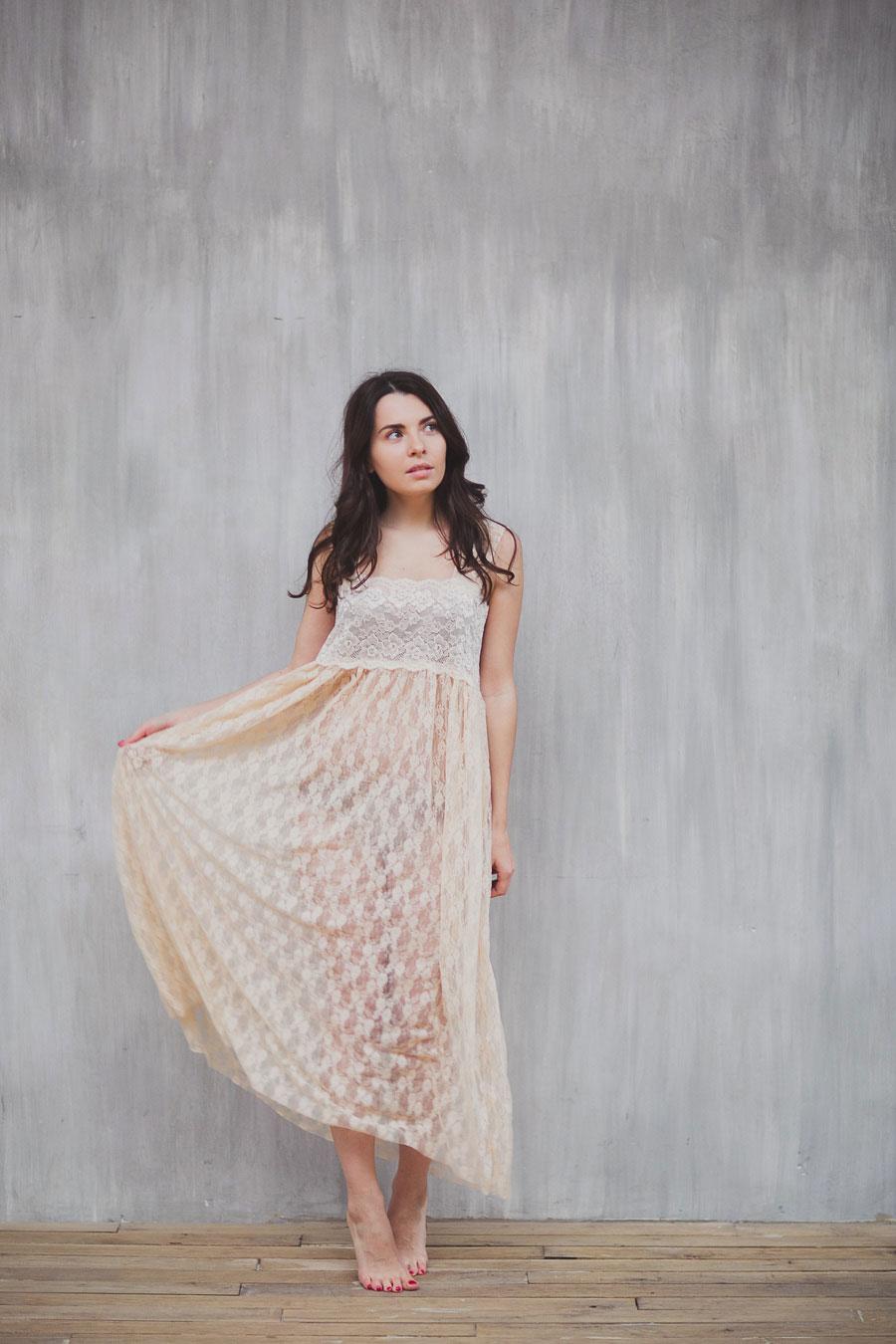 Нежное платье нюдового оттенка