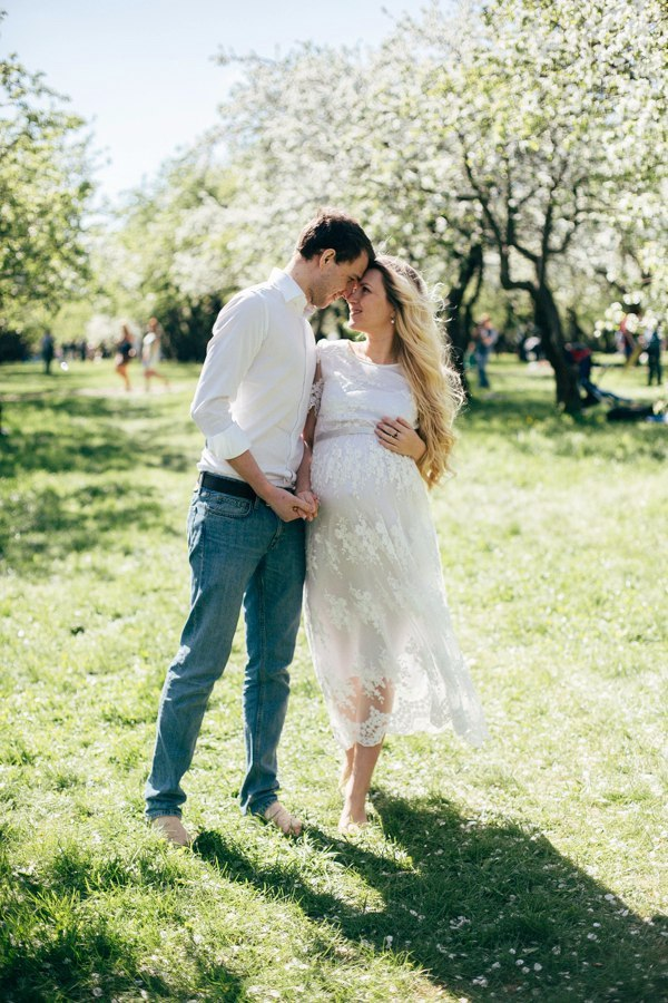 Фотосессия беременности с мужем в кружевном платье