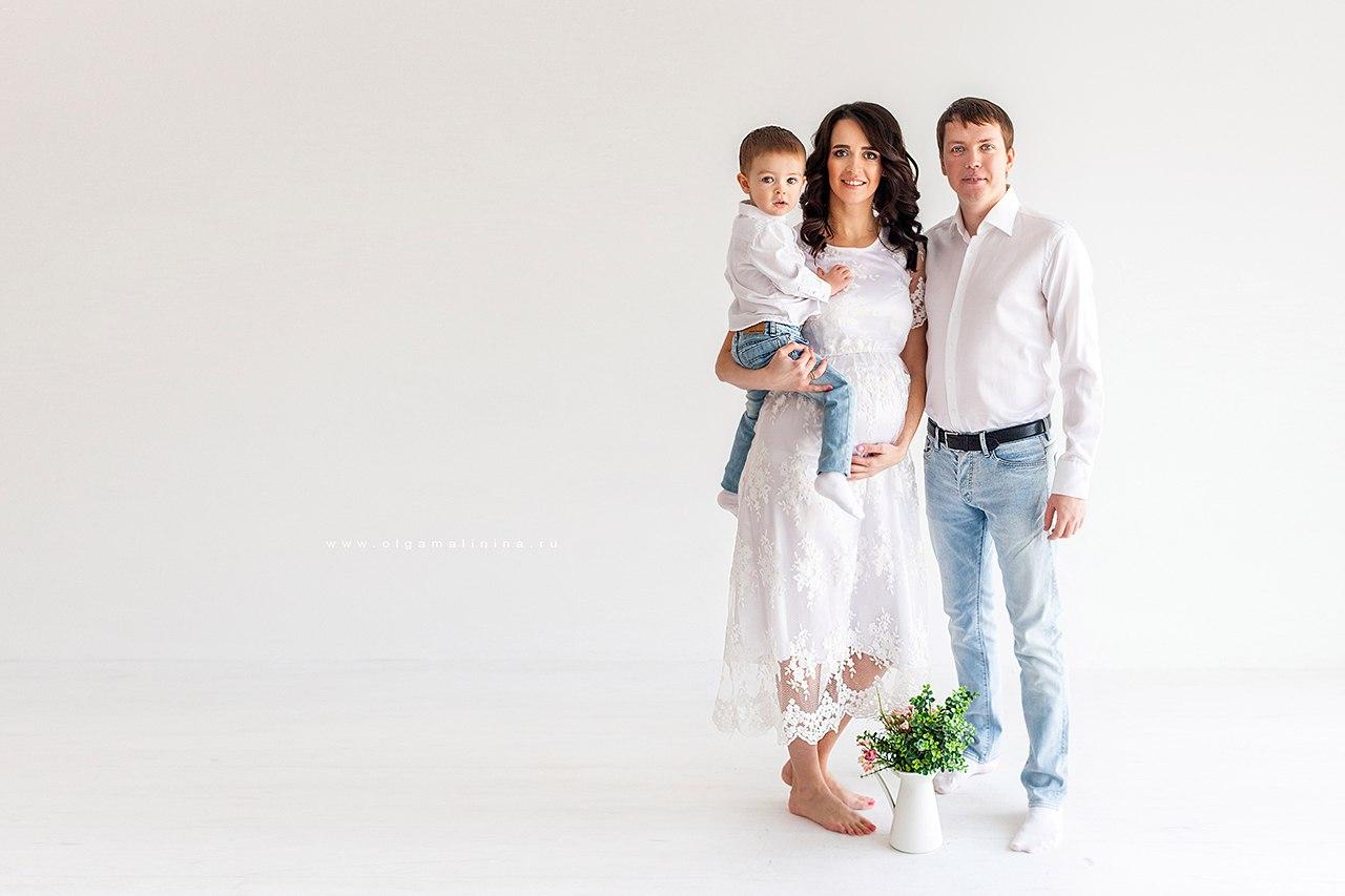Фотосессия беременной женщины с мужем и сыном