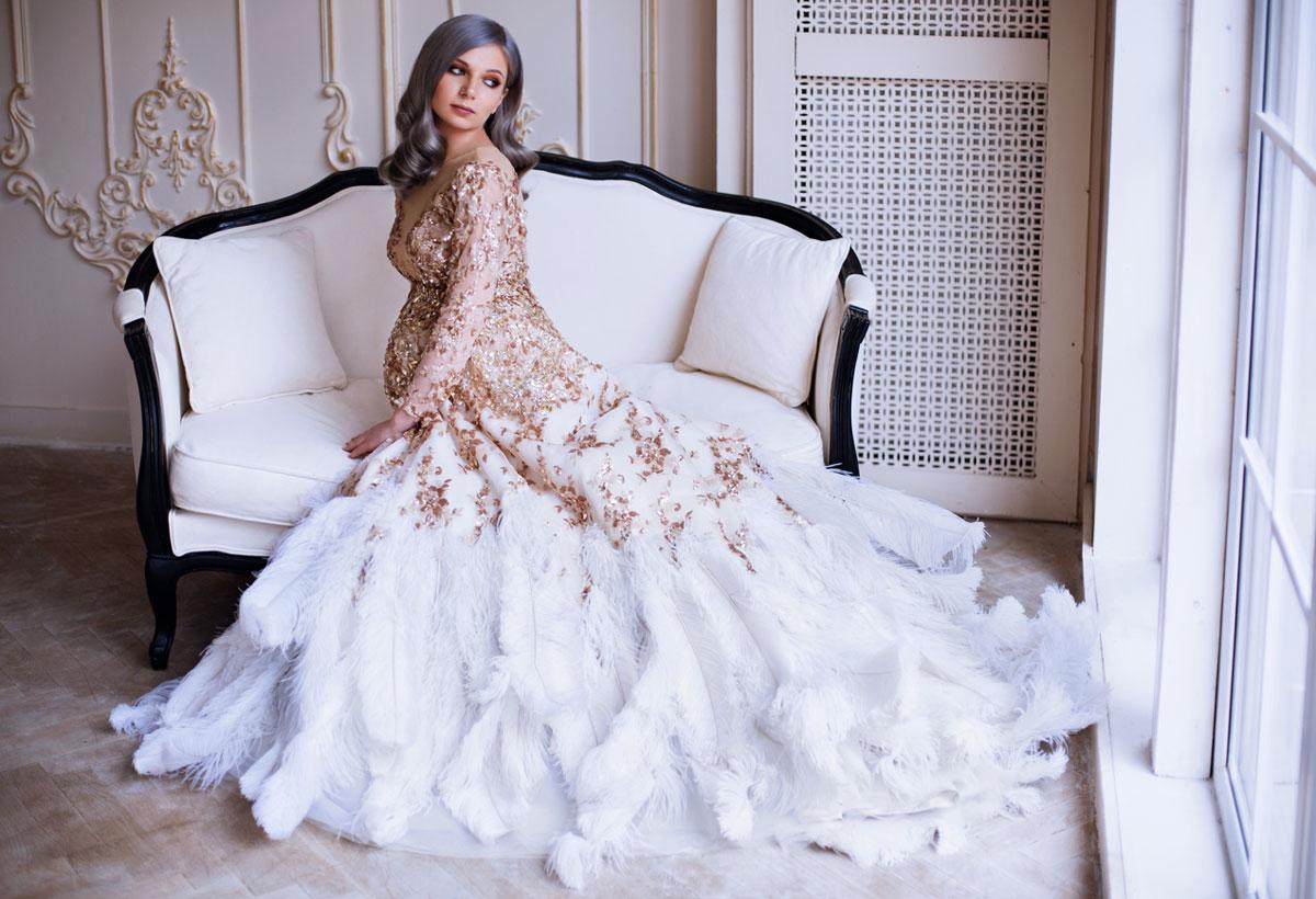 Платье расшитое перьями