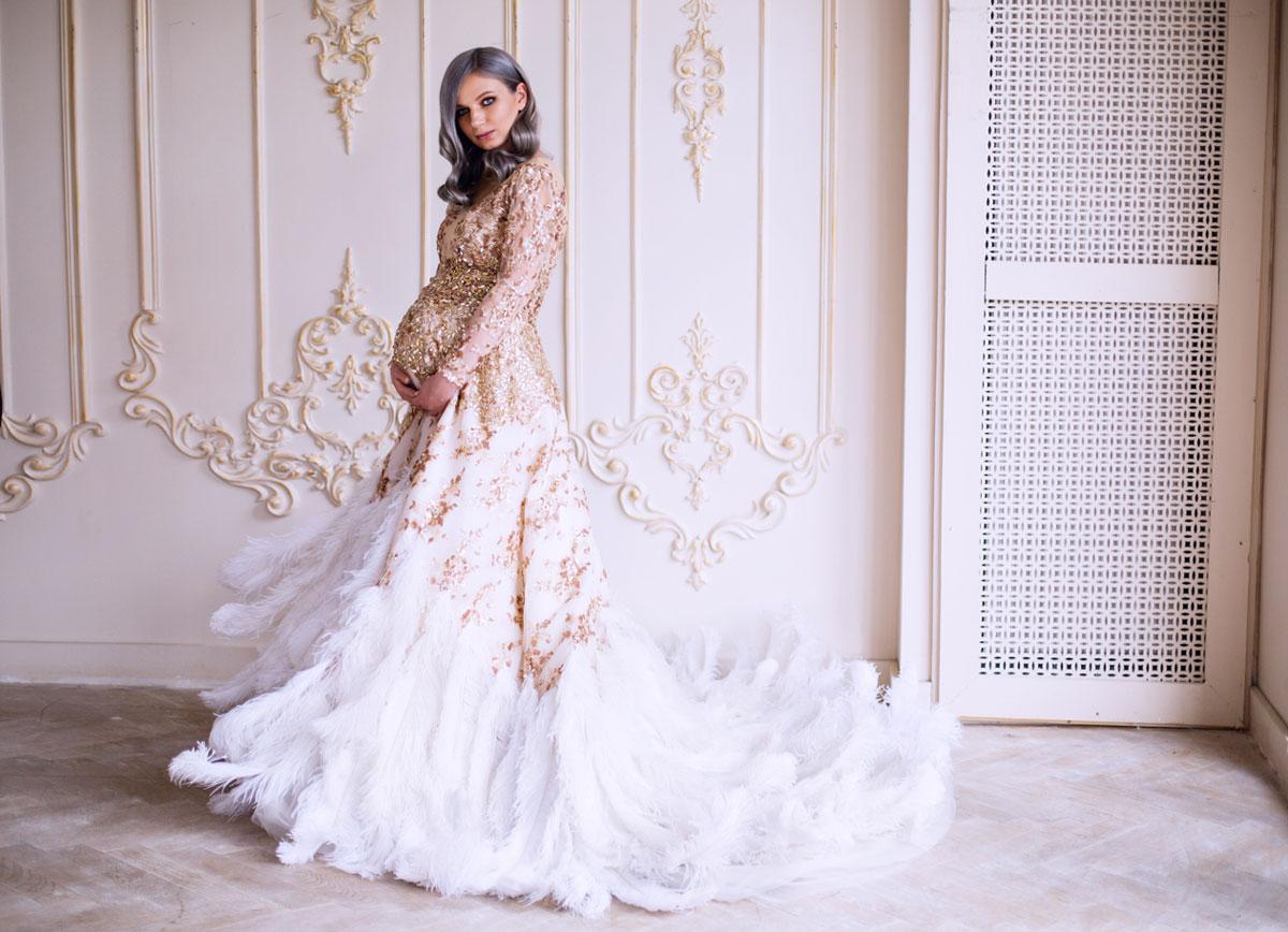 Фотосессия беременности в бело-золотистом одеянии
