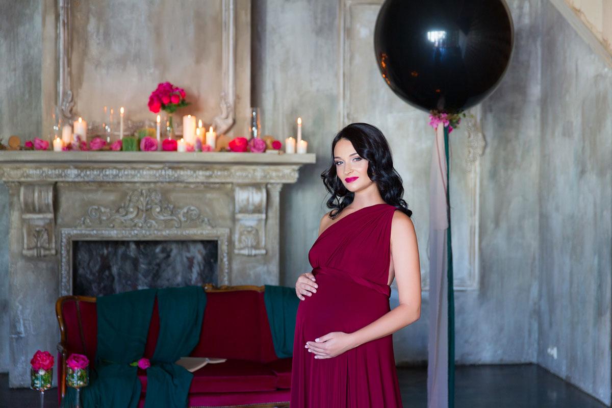 Фото беременности в бордовом платье