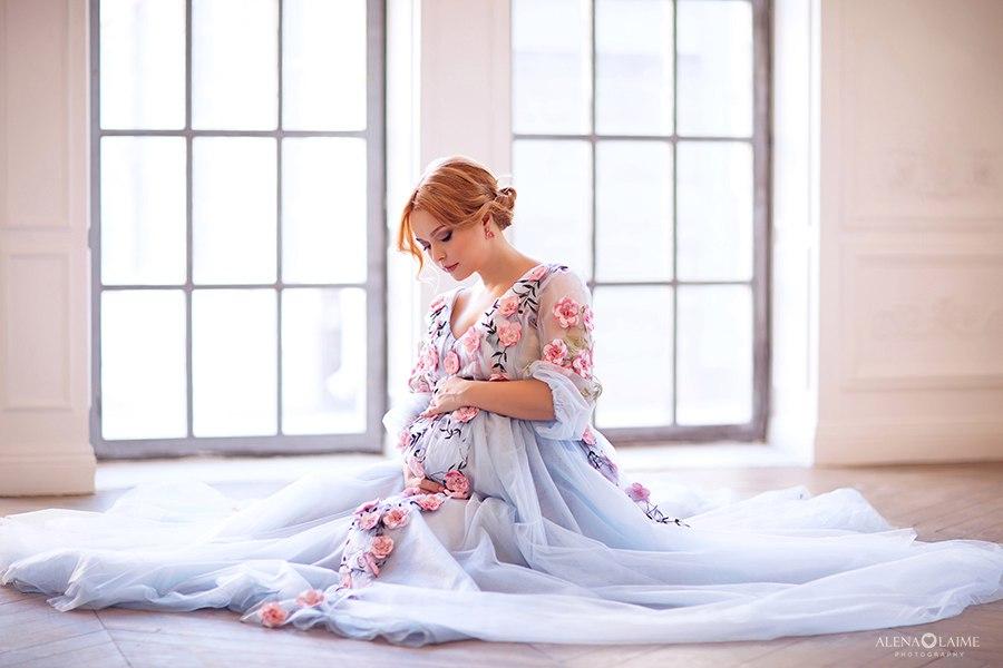 Фотосет беременности в нежном платье с цветами