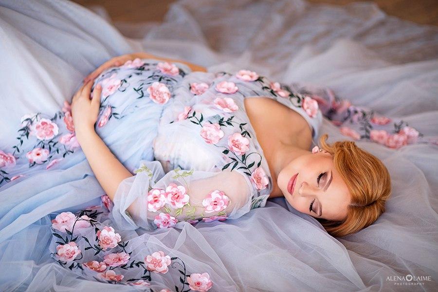 Фотосет беременности в платье небесно-голубого цвета