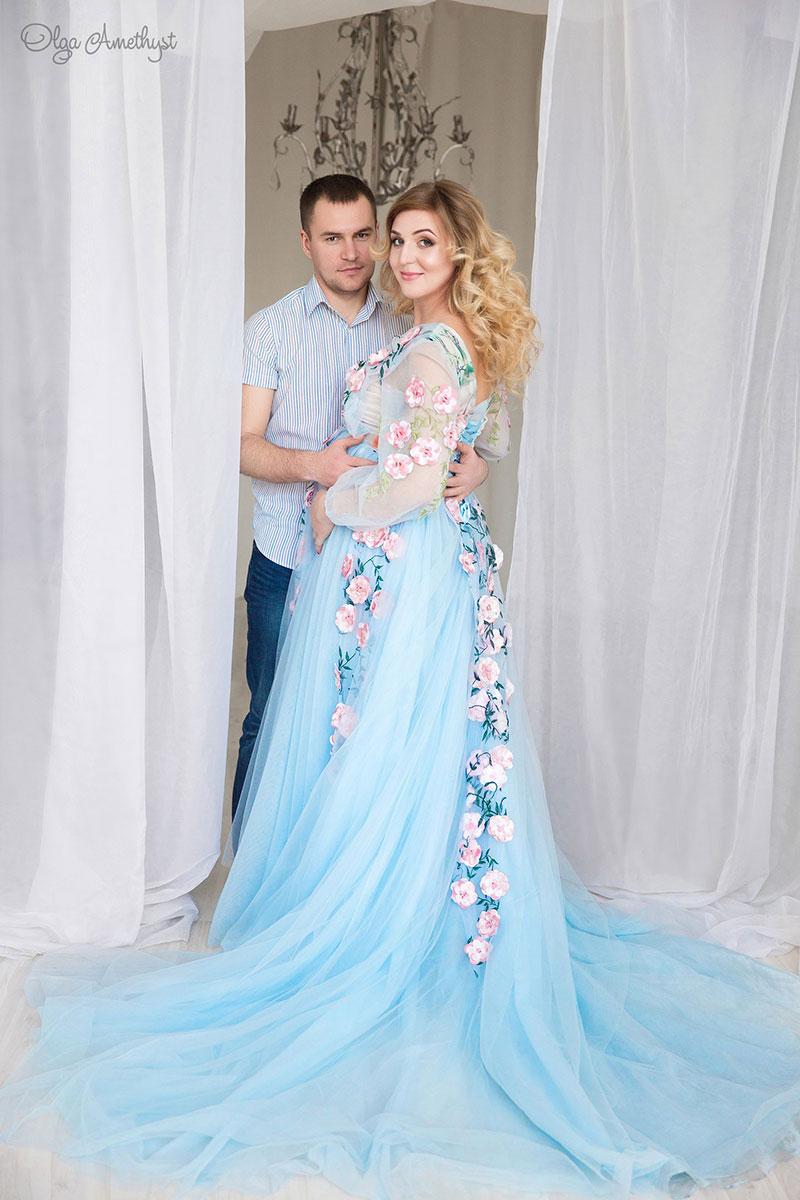 Полупрозрачное платье с цветами для беременных