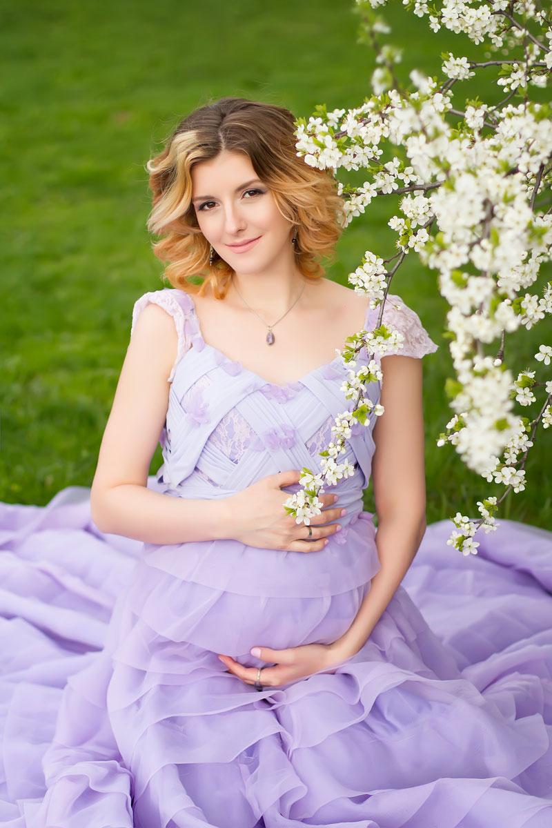Весенняя фотосессия беременности у цветущего дерева