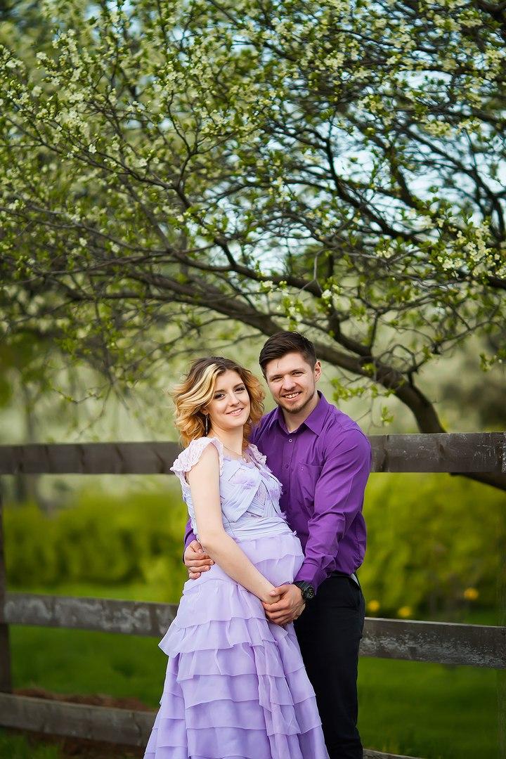 Беременная девушка с любимым мужем