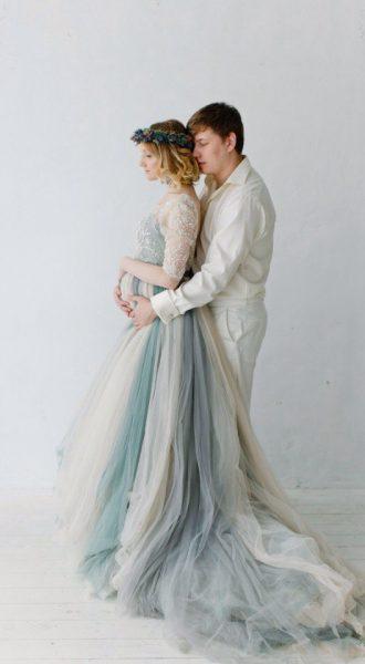 Платье с пышной двухцветной фатиновой юбкой и шлейфом