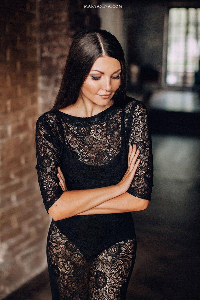 Прозрачное черное платье приталенного силуэта