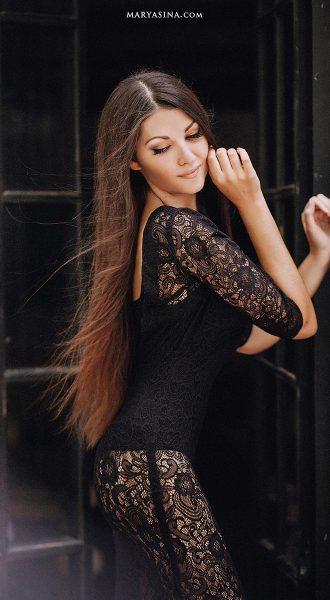 Фотосессия в платье из плотного гипюра