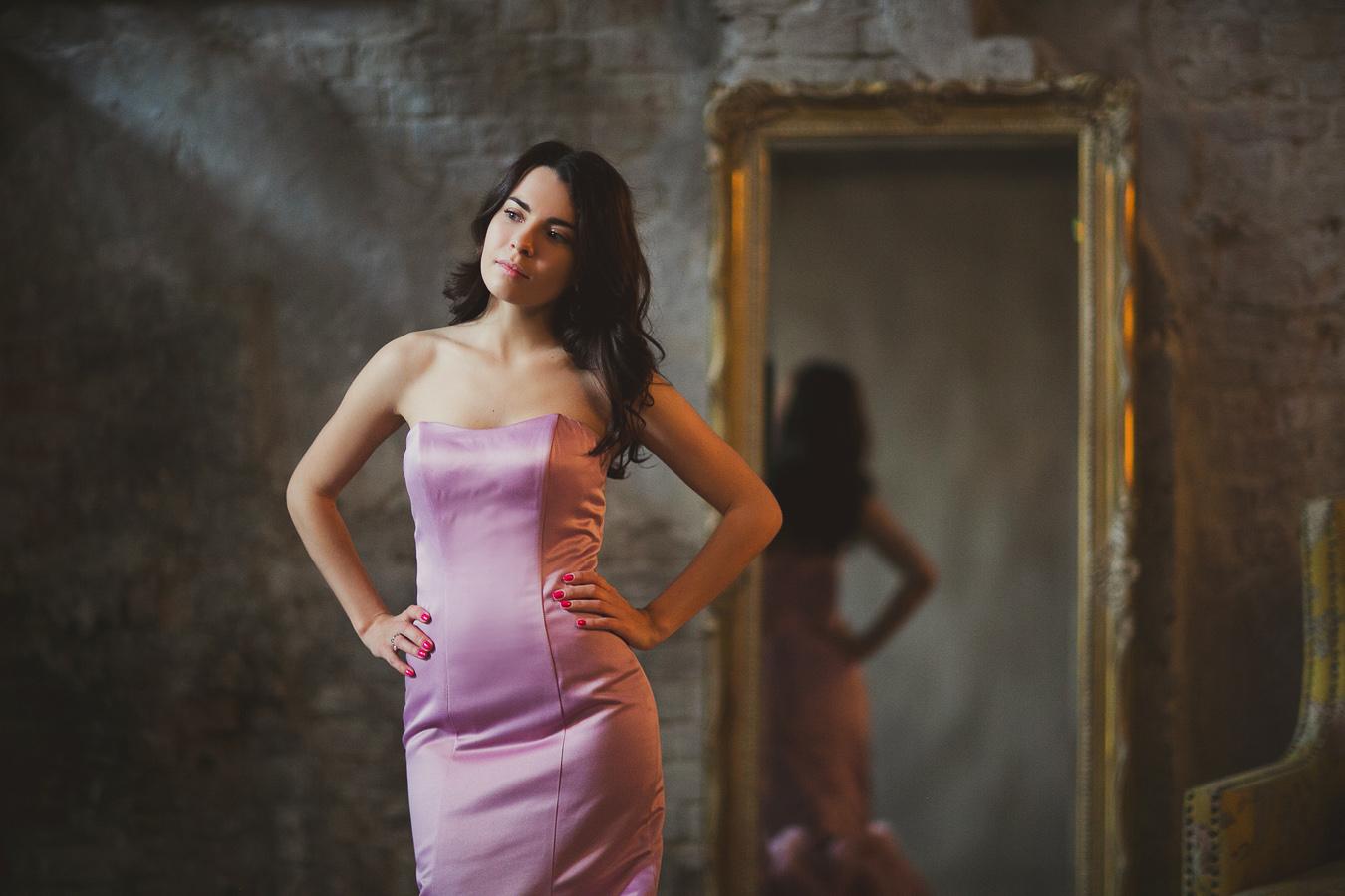 """Розовое атласное платье силуэта """"Рыбка"""""""